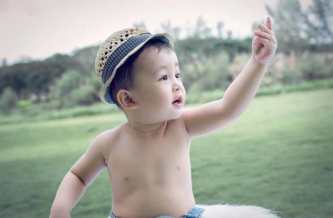con-trai-huynh-dong-ai-chau-hao-huc-mo-qua-sinh-nhat-4