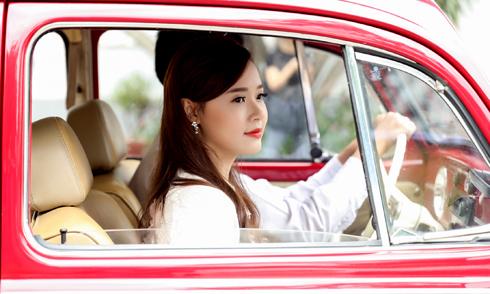 Midu diện áo bà ba, ngồi xe hơi cổ đi sự kiện