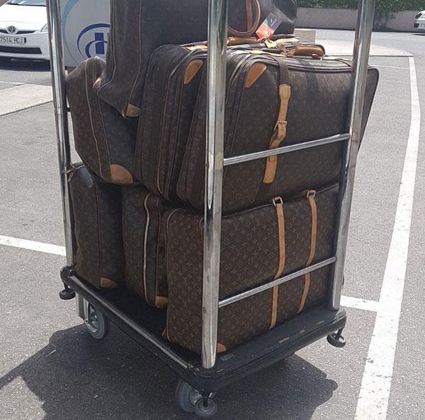 Hành lý đi nghỉ của nhà Phil Neville trở thành đề tài bàn tán.
