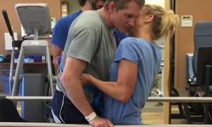 Người chồng tập đứng dậy để ôm hôn vợ sau tai nạn nghiêm trọng
