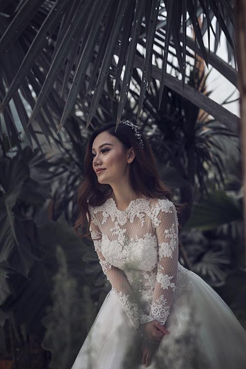 Để ăn gian vòng eo một cách tối đa, tân nương có thể chọn váy cưới có phần thân xoè rộng, chiết eo cao để tôn dáng, tạo hiệu ứng thị giác.