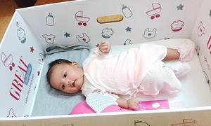 Chiếc hộp các tông 'thần kỳ' của mẹ trẻ dành cho con gái 2 tháng tuổi