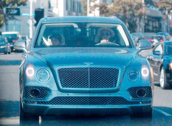 Vợ chồng Becks xuống phố tại Los Angeles, Mỹ, hôm 22/7. Ảnh: Mirror.