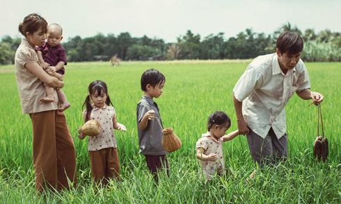 Vợ chồng Lý Hải hóa nông dân, dắt 4 con đi bắt cá, mò cua