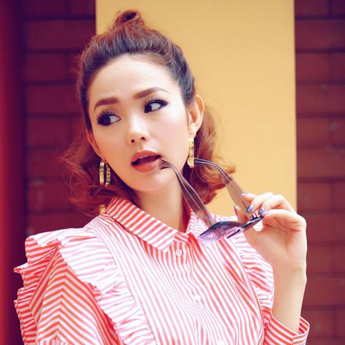 Với mái tóc ngắn, Minh Hằng búi tạo độ phồng để kiểu tóc trông cân đối hơn.