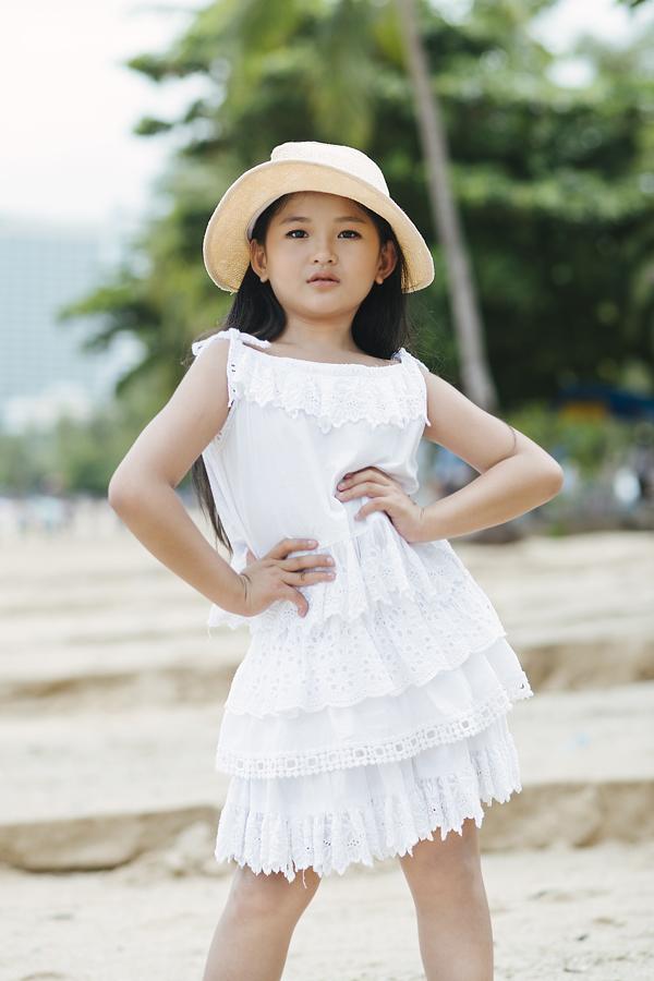 Váy ngắn xếp tầng được chọn cho Mỹ Phương để giúp em khoe dáng khỏe khoắn.