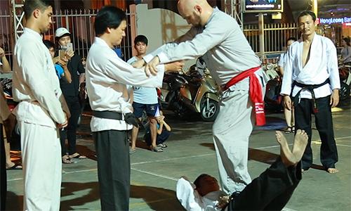 Pierre Flores kiểm chứng sức mạnh nội công của chưởng môn karate