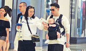 Ca sĩ U60 Hong Kong bận rộn làm 'ông bố bỉm sữa'