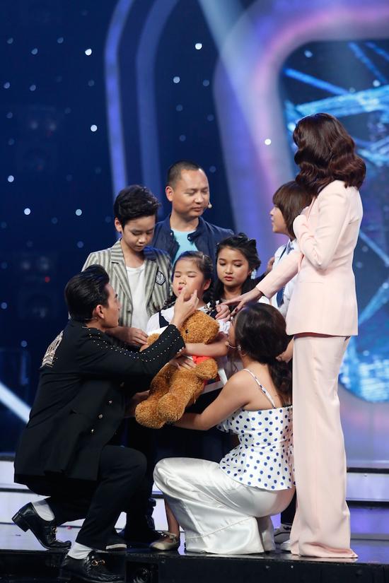 giam-khao-xuc-dong-khi-chia-tay-co-be-khiem-thi-tai-vietnam-idol-kids-5