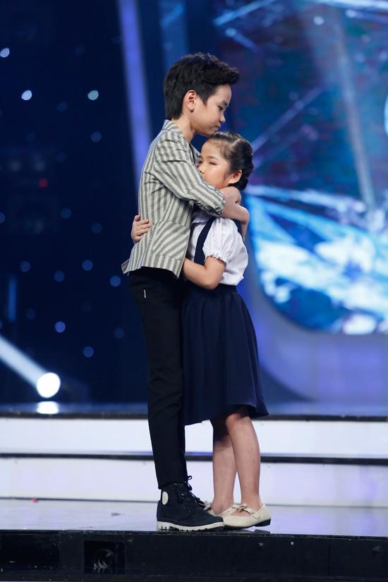 giam-khao-xuc-dong-khi-chia-tay-co-be-khiem-thi-tai-vietnam-idol-kids-4