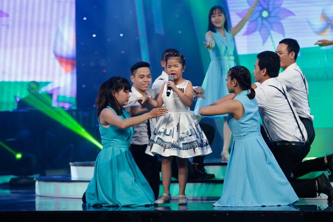 giam-khao-xuc-dong-khi-chia-tay-co-be-khiem-thi-tai-vietnam-idol-kids-1
