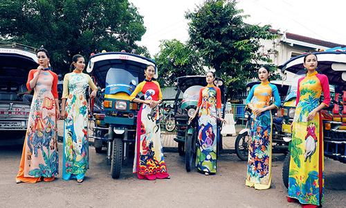Nhà thiết kế Thuận Việt giới thiệu áo dài tại Lào