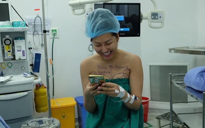 Nữ diễn viên tươi cười trả lời tin nhắn của người thân trước ca phẫu thuật.