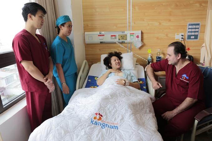 Sau ca phẫu thuật, cô được bác sĩ nước ngoài chăm sóc trực tiếp tại phòng bệnh.