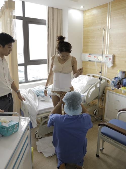 Bác sĩ thay băng, định hình túi ngực, đeo đai định hình bụng cho nữ diễn viên vào ngày thứ hai.