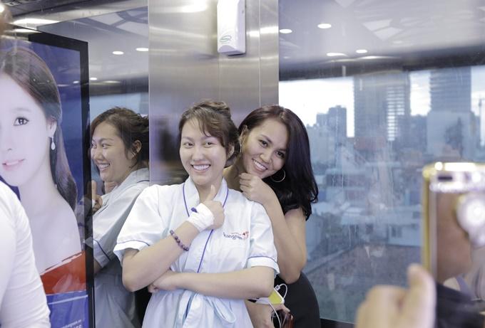 Ngày thứ năm sau ca phẫu thuật, Phi Thanh Vân tự tin đăng tải hình ảnh chụp cùng bạn bè tại Bệnh viện thẩm mỹ Kangnam.
