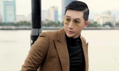 Nam Phong mặc lịch lãm dạo chơi ở Đà Nẵng