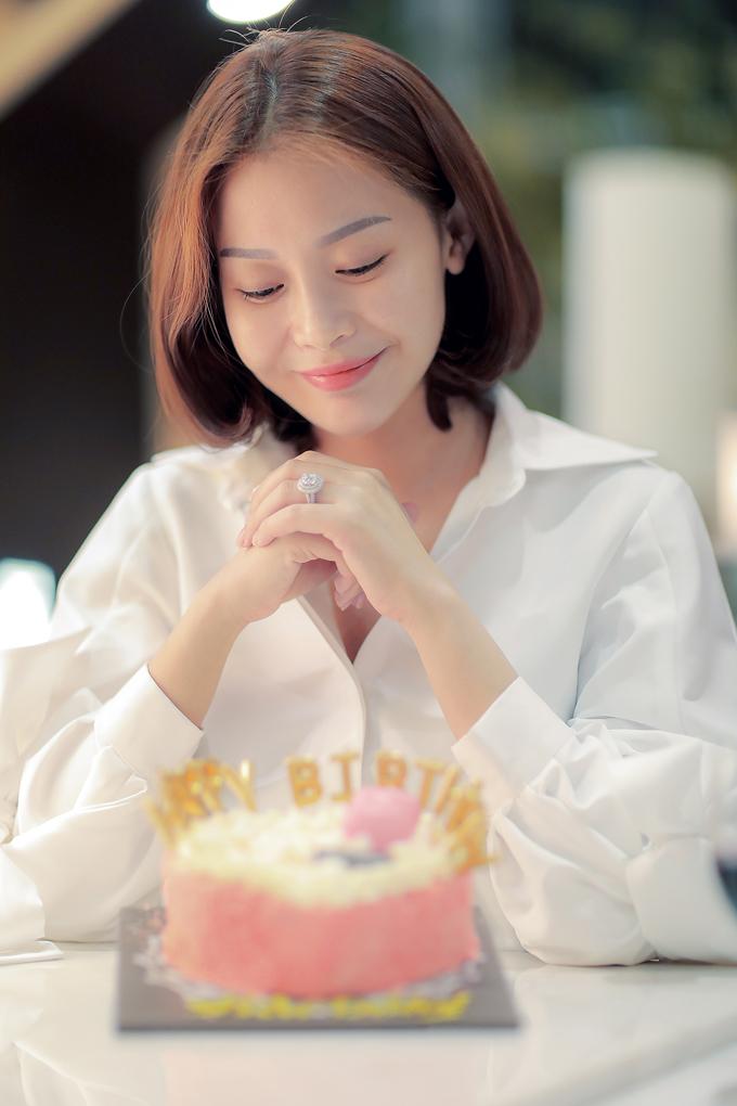 Hoa hậu rất bất ngờ với món quà này, dù bận rộn cho chuyến công tác nhưng cả ekip vẫn nhớ ngày sinh nhật của cô.