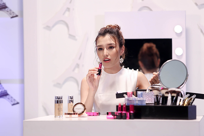 Đến với thử thách Diễn xuất với vai trò chuyên gia định hướng làm đẹp, top 6 sẽ hóa thân thành những cô nàng Beauty bloggers để hướng dẫn các cô gái làm đẹp bằng son môi