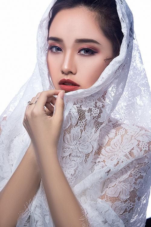 Đầu tiên, chuyên gia trang điểm đánh nền mỏng, nhẹ để tạo lớp nền đẹp cho các bước make up sau đó. Ấn tượng và sang trọng là ưu điểm nổi bật của phong cách make up này.