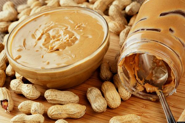 Một thìa bơ đậu phộng dùng kèm bánh mì chứa tới 192 kcal, vừa ngon miệng vừa chứa hàm lượng protein cao.