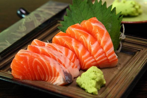 Chỉ cần ăn hai lát thịt cá hồi mỗi ngày là đủ nguồn protein cần thiết cho cơ thể giúp tăng cân.