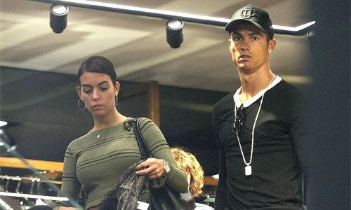 C. Ronaldo chiều chuộng bạn gái mang bầu trước ngày hầu tòa