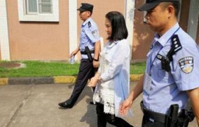 Bà Zhu khi bị cảnh sát Vũ Hán đưa đi.