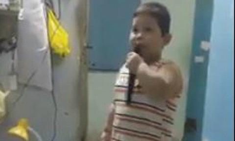 Cậu bé 5 tuổi ngẫu hứng thể hiện bài hát 'Lại nhớ người yêu'