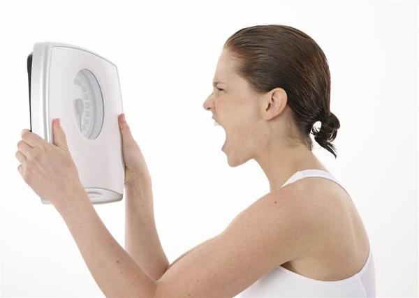 Lười uống nước là một trong những nguyên nhân khiến bạn khó giảm cân.