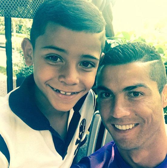 C. Ronaldo khoe ảnh chụp với con trai sau bức ảnh