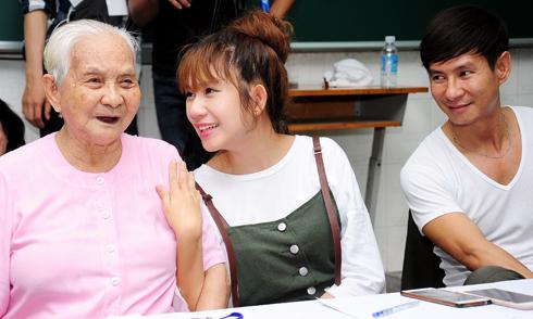 Minh Hà thân thiết với mẹ chồng 91 tuổi
