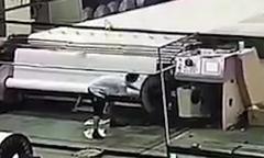 Công nhân Trung Quốc bị hút vào máy cuốn giấy