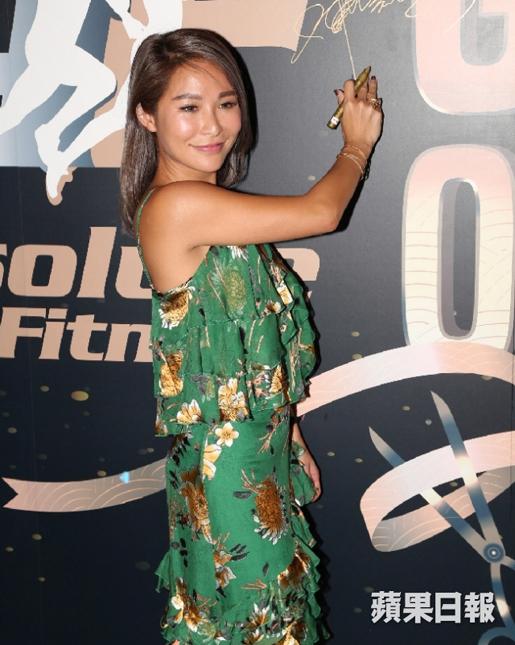 Tuệ Linh dự sự kiện với chiếc váy hoa của hãngAlice + Olivia Skirt giá 3.500 USD,