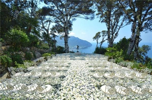 Toàn bộ những vị trí tại đám cưới Fei đều được phủ hoa, từ bàn tiệc cho đến nơi tổ chức, mọi thứ đều được phủ hoa với tông màu chủ đạo của các loại hoa phương Tây  Read more at http://www.phunutoday.vn/choang-ngop-dam-cuoi-hang-chuc-ti-cua-nu-blogger-xinh-dep-va-dai-gia-d152341.html#V5XghDJHjm0Haku1.99