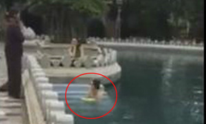 Cô gái trẻ hồn nhiên tắm giữa hồ nước trong chùa
