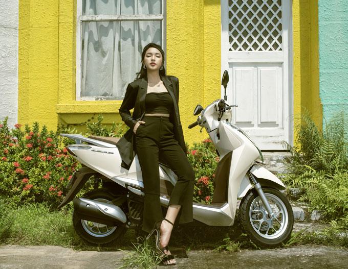 Châu Bùi sinh năm 1997, là một trong những hotgirl Hà Thành nổi tiếng với phong cách chưng diện sành điệu, không đụng hàng. Trong bộ ảnh mới, cô diện bộ trang phục màu đen