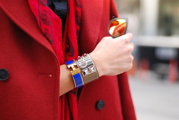 Chẳng hạn, túi xách được đóng dấu chữ EU bên trong vòng tròn được sản xuất năm 1976; chữ R trong hình vuông được sản xuất năm 2014. Bên cạnh mã ngày tháng, có những con dấu bổ sung để lần ra dấu vết người thợ thủ công hoặc của hiệu đã sản xuất ra món đồ da Hermès đó.