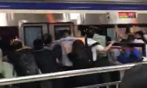 Hành khách đẩy tàu điện cứu người bị kẹt chân dưới đường ray