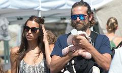 Bạn trai Irina Shayk vừa địu con vừa khéo cho bé bú bình khi đi chợ