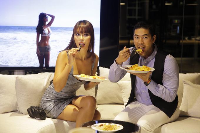 ha-anh-khoe-vong-1-sexy-khi-ghi-hinh-talkshow-tai-thai-lan-5