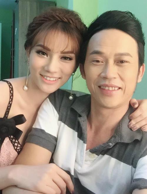Ca sĩ Thu Thuỷ khoẽ serie ảnh tự sướng chụp cùng danh hài Hoài Linh.