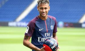 Neymar tâng bóng điệu đà ngày ra mắt PSG