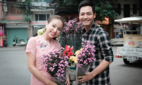 Phan Anh mua hoa tặng Vân Hugo giữa phố Hà Nội