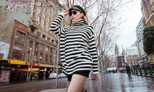 Quỳnh Thư mặc cá tính, khoe chân dài trên đường phố Australia