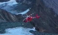 Trực thăng cấp cứu bệnh nhân đau tim đâm vào vách núi
