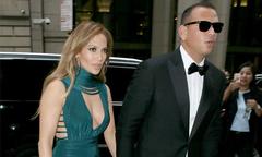 Jennifer Lopez mặc sexy đi dự đám cưới với bạn trai