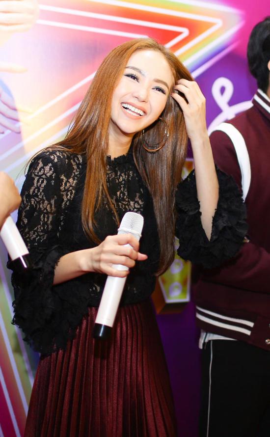 minh-hang-uong-2-chai-vang-khi-quay-canh-hon-rocker-nguyen-1