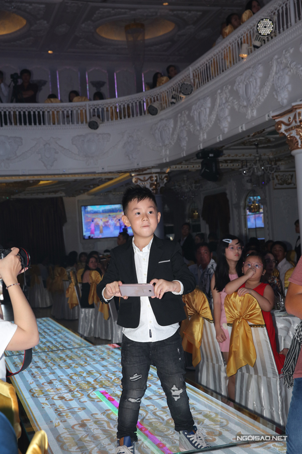 le-phuong-hon-trung-kien-say-dam-truoc-mat-con-trai-13