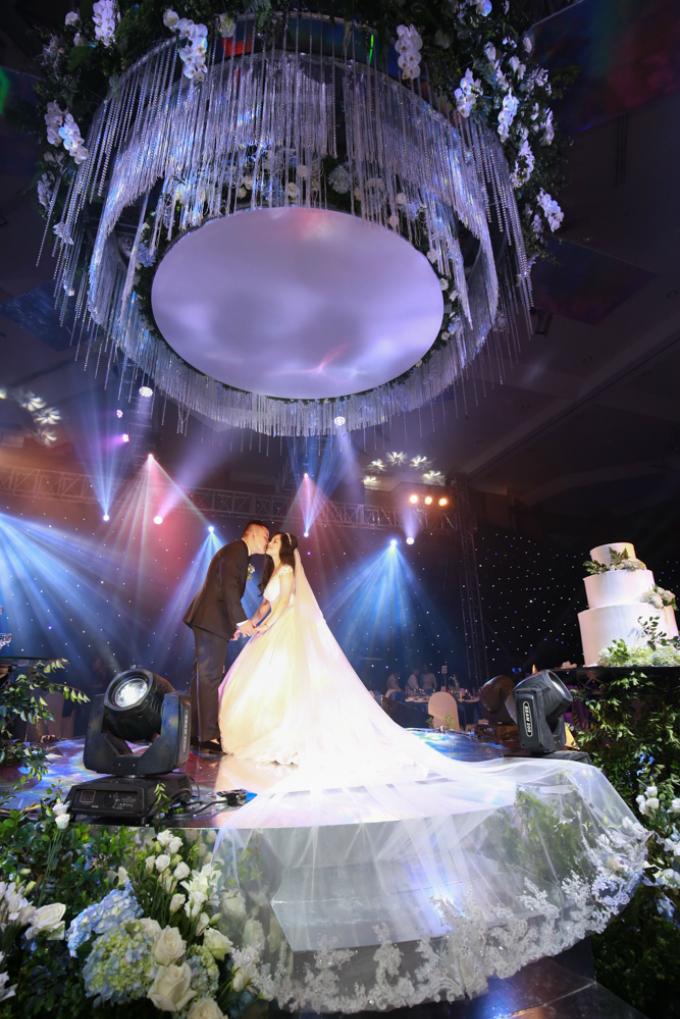 bộ váy cưới là món quà chú rể tặng cô dâu.